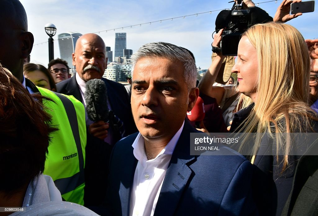 Britain's Labour party candidate for London Mayor Sadiq Khan (C) arrives at City Hall in central London on May 6, 2016, as votes continue to be counted in the contest for the Mayor of London. London was poised to become the first EU capital with a Muslim mayor Friday as Sadiq Khan took the lead in elections that saw his opposition Labour party suffer nationwide setbacks. / AFP / LEON
