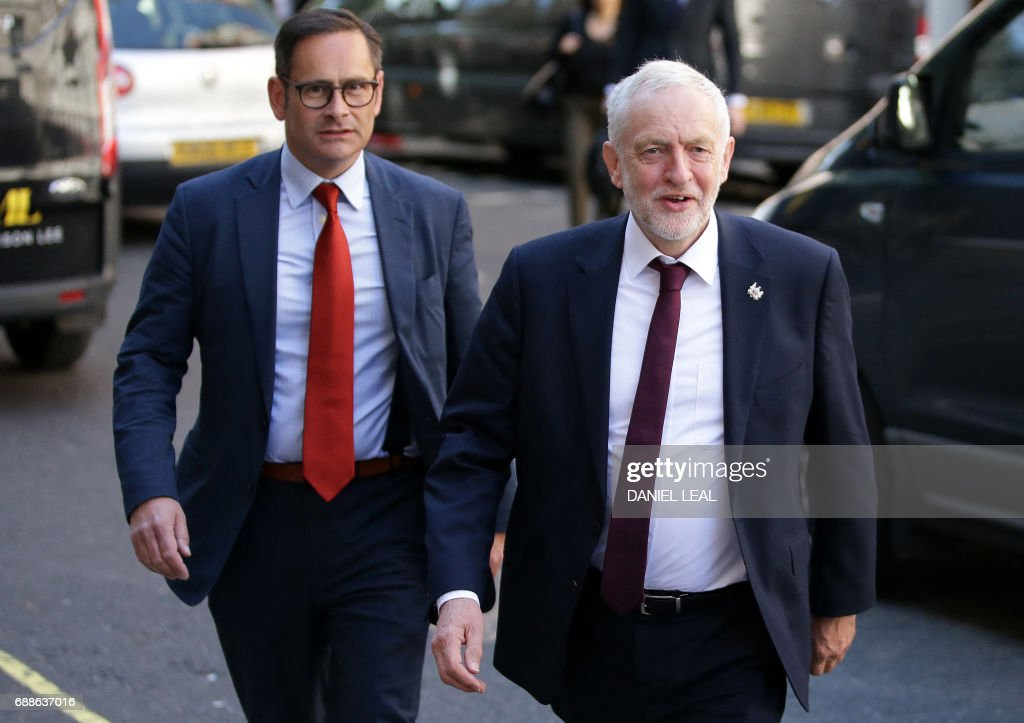 Britain's main opposition Labour party leader Jeremy Corbyn (R) arrives to make a general election campaign speech in central London on May 26, 2017. Britain's politicians resume campaigning in earnest on Friday with national security thrust into the spotlight as police scramble to bust a Libya-linked jihadist network thought to be behind the Manchester terror attack. / AFP PHOTO / Daniel LEAL