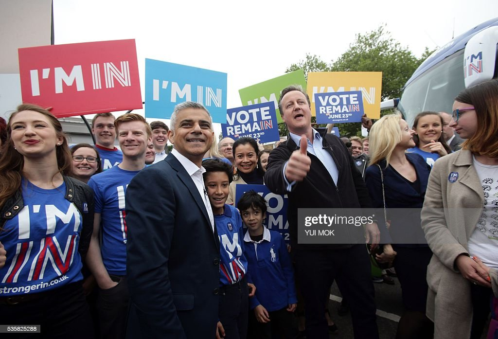 Britain's Prime Minister David Cameron (Centre R) makes a joint appearance with the Mayor of London Sadiq Khan, (Centre L) as they launch the 'Britain Stronger In Europe' guarantee card in west London on May 30, 2016, ahead of the EU referendum in Britain on June 23, 2016. / AFP / POOL / Yui Mok