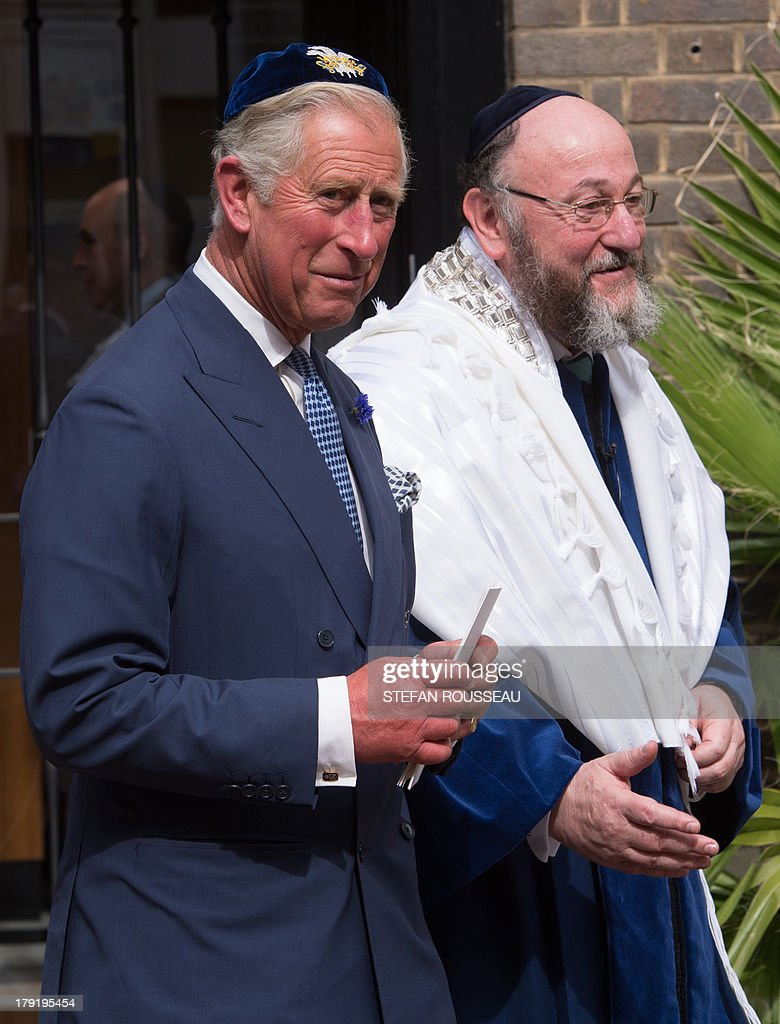 Britain's Prince Charles (L) and the newly appointed Chief Rabbi Ephraim Mirvis (R) leave St Johns Wood Synagogue in north London after they attend the Installation of Mirvis as the 11th Chief Rabbi of the United Hebrew Congregations of the UK and the Commonwealth during a ceremony at the St John's Wood Synagogue in north London on Spetember 1, 2013. AFP Photo / POOL / STEFAN