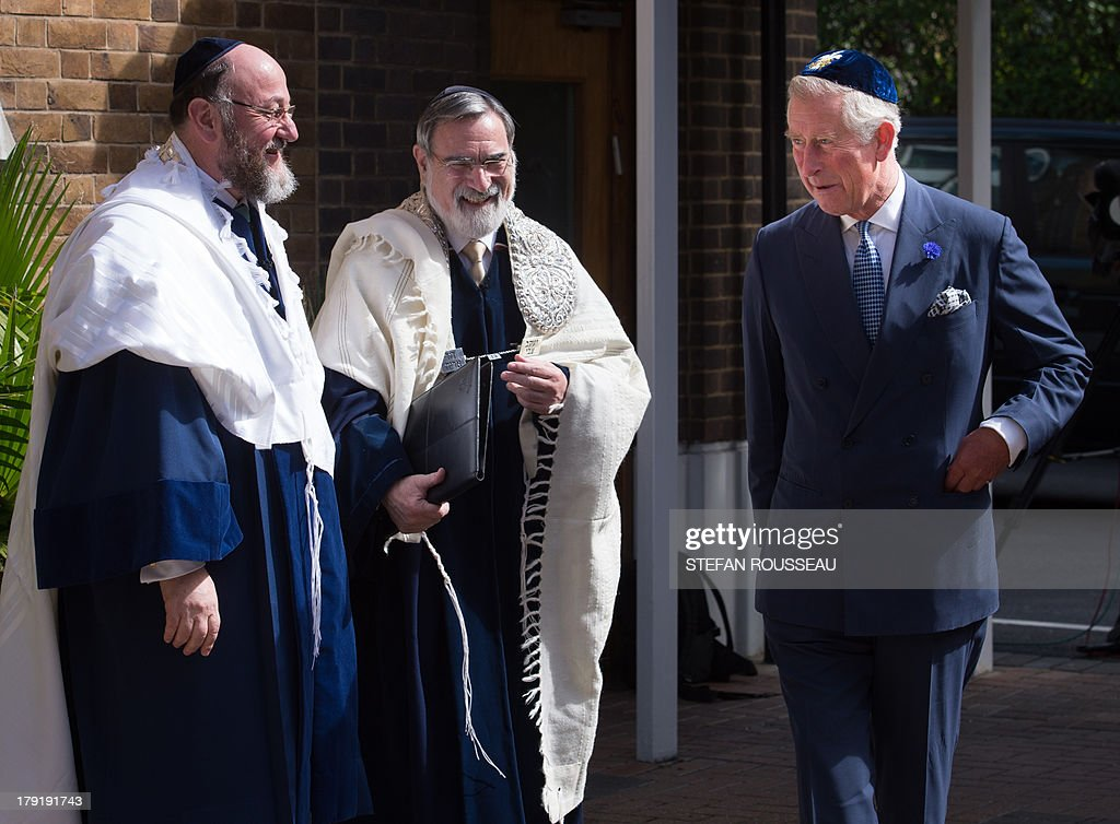 Britain's Prince Charles (R) meets Lord Jonathan Sacks (C) and his successor Chief Rabbi Ephraim Mirvis (L) before Mirvis was formally inducted as 11th Chief Rabbi of the United Hebrew Congregations of the UK and the Commonwealth at a ceremony at the St John's Wood Synagogue in north London on Spetember 1, 2013. AFP Photo / POOL / STEFAN