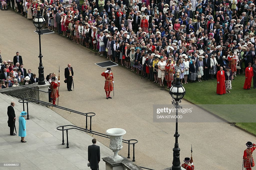 Britain's Prince Philip, Duke of Edinburgh (L) and Britain's Queen Elizabeth II arrive to greet guests attending a garden party at Buckingham Palace in London on May 24, 2016. / AFP / POOL / Dan Kitwood