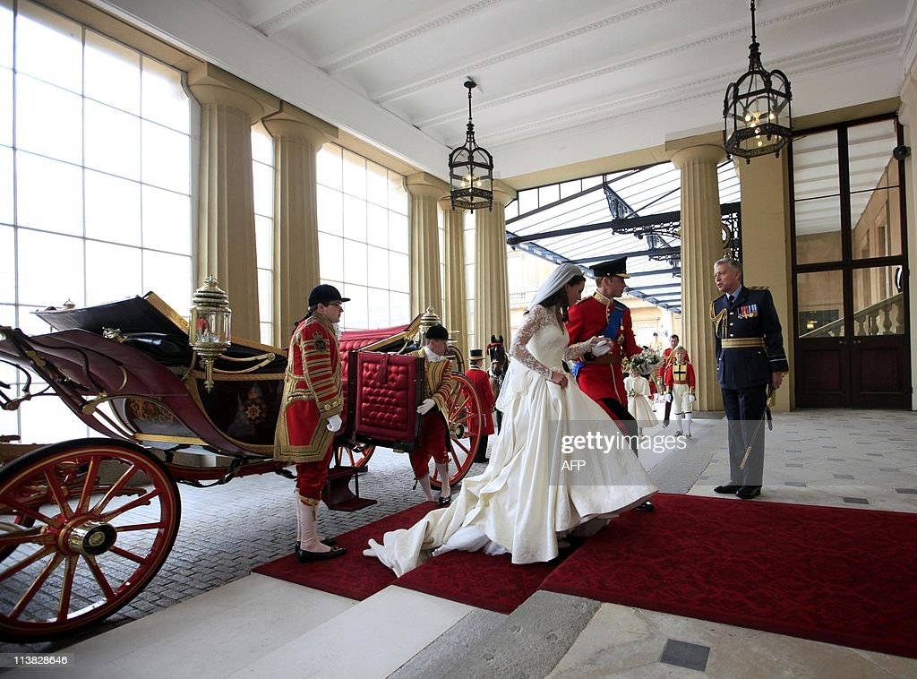 Britain's Prince William and his wife Kate, Duchess of Cambridge, leave the 1902 State Landau as they arrive at Buckingham Palace after their wedding in central London on April 29, 2011. AFP PHOTO / WPA POOL / Andrew Winning