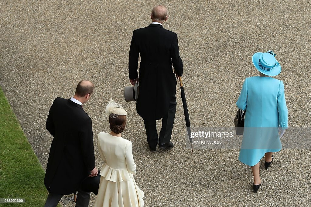 Britain's Prince William, Duke of Cambridge, Britain's Catherine, Duchess of Cambridge, Britain's Prince Philip, Duke of Edinburgh and Britain's Queen Elizabeth II arrive to greet guests attending a garden party at Buckingham Palace in London on May 24, 2016. / AFP / POOL / Dan Kitwood