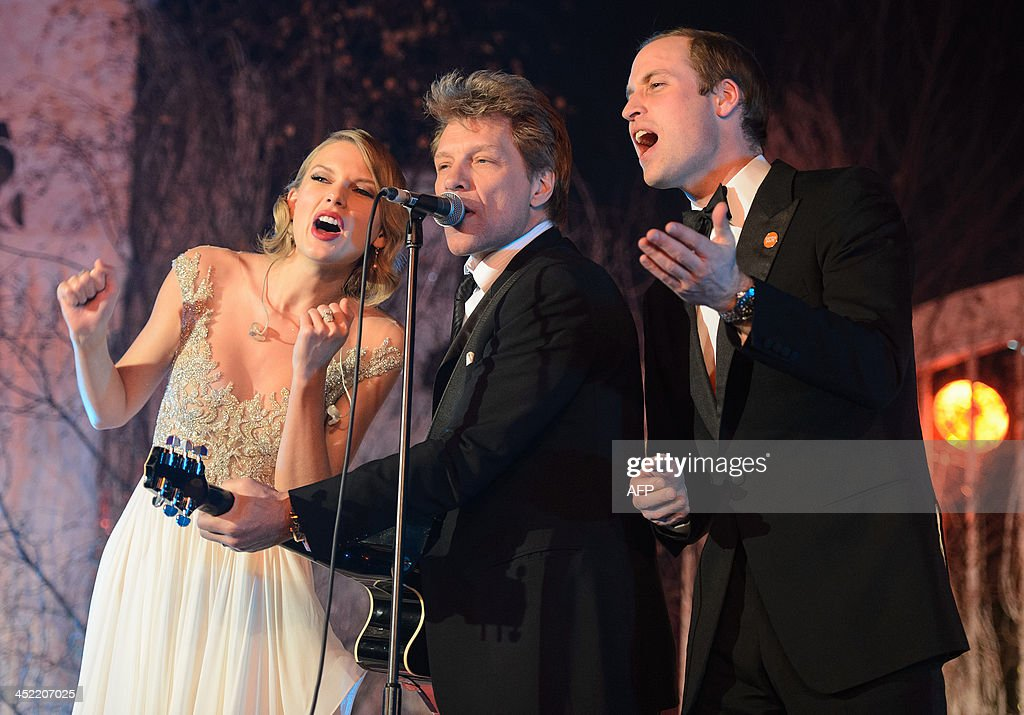 Britain's Prince William, Duke of Cambridge, (R) sings with US musician's Taylor Swift (L) and Jon Bon Jovi (C) at the Centrepoint Gala Dinner at Kensington Palace in London, on November 26, 2013. AFP PHOTO/DOMINIC LIPINSKI/POOL