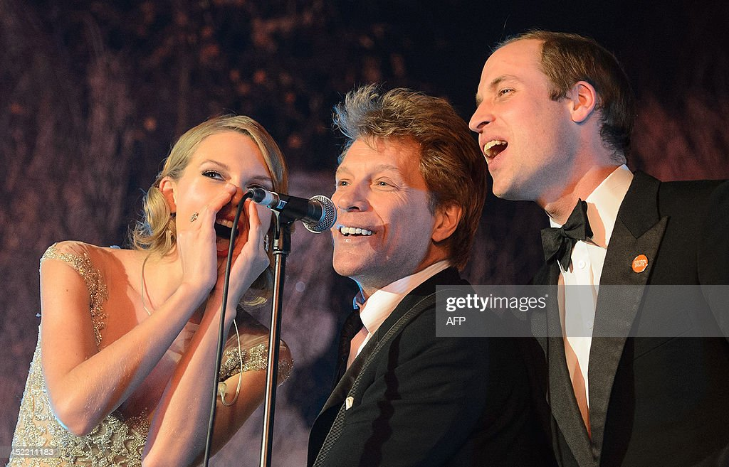 Britain's Prince William, Duke of Cambridge, (R) sings with US singers Jon Bon Jovi (C) and Taylor Swift (L) at the Centrepoint Gala Dinner at Kensington Palace in London, on November 26, 2013. AFP PHOTO/DOMINIC LIPINSKI/POOL