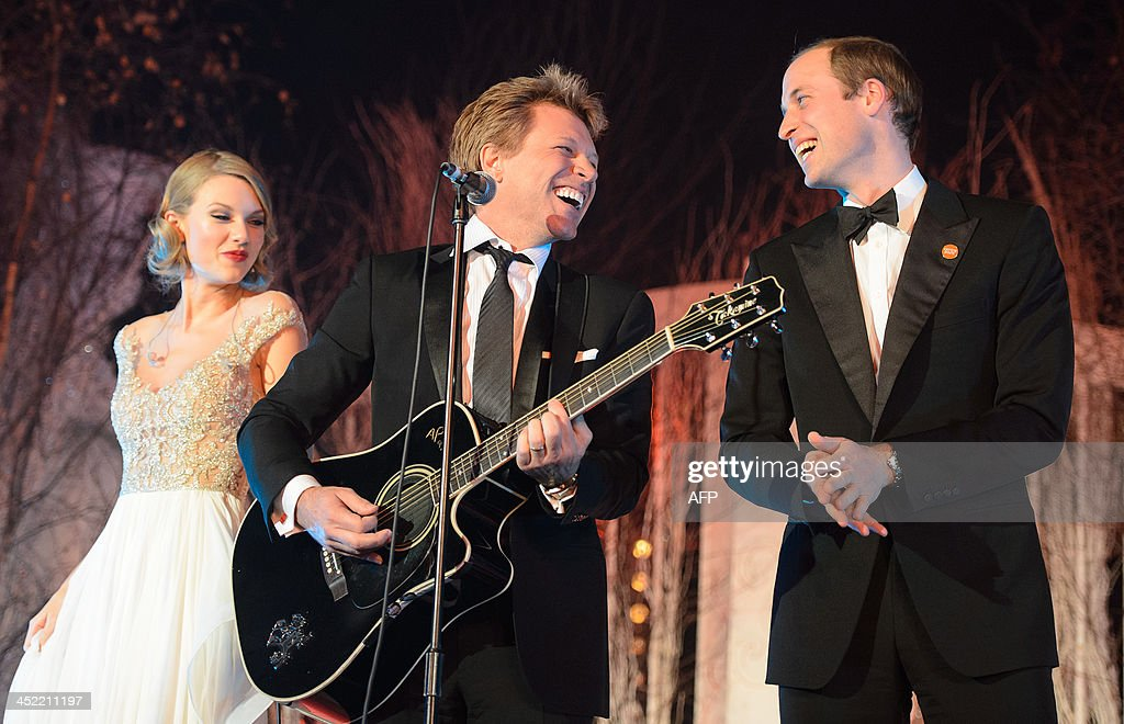 Britain's Prince William, Duke of Cambridge, (R) sings with US singers Jon Bon Jovi (C) and Taylor Swift (L) at the Centrepoint Gala Dinner at Kensington Palace in London, on November 26, 2013.