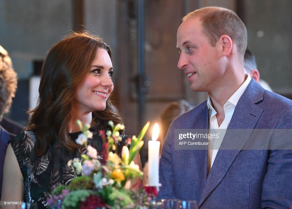 Britain's Princess Kate, the Duchess of Cambridge, and Britain's Prince William, Duke of Cambridge attend a reception at 'Claerchens Ballhaus' dance hall in Berlin, on the second day of the British royal couple visit to Germany, on July 20, 2017 in Berlin. / AFP PHOTO / POOL / Britta Pedersen
