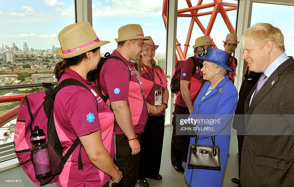 Britain's Queen Elizabeth II (2nd R) and London's Mayor Boris Johnson (R) speak with Olympic volunteers during a tour to the top pf the Orbit sculpture at the 2012 Olympic Park in London, on July 28, 2012. AFP PHOTO/John Stillwell/POOL