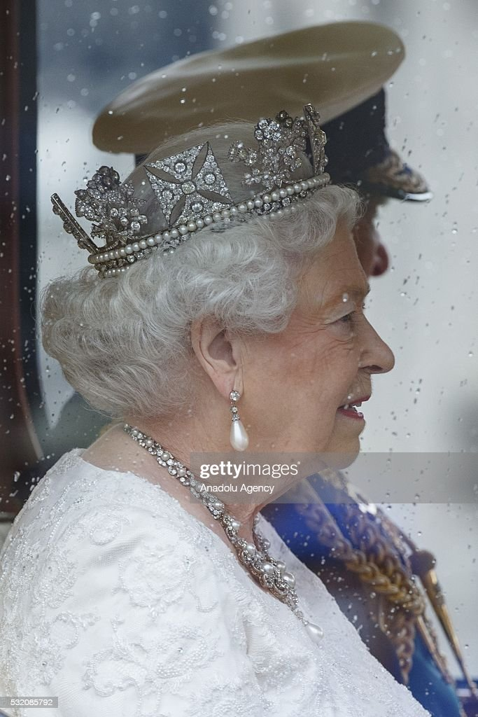 3 Ways to Address a Queen - wikiHow