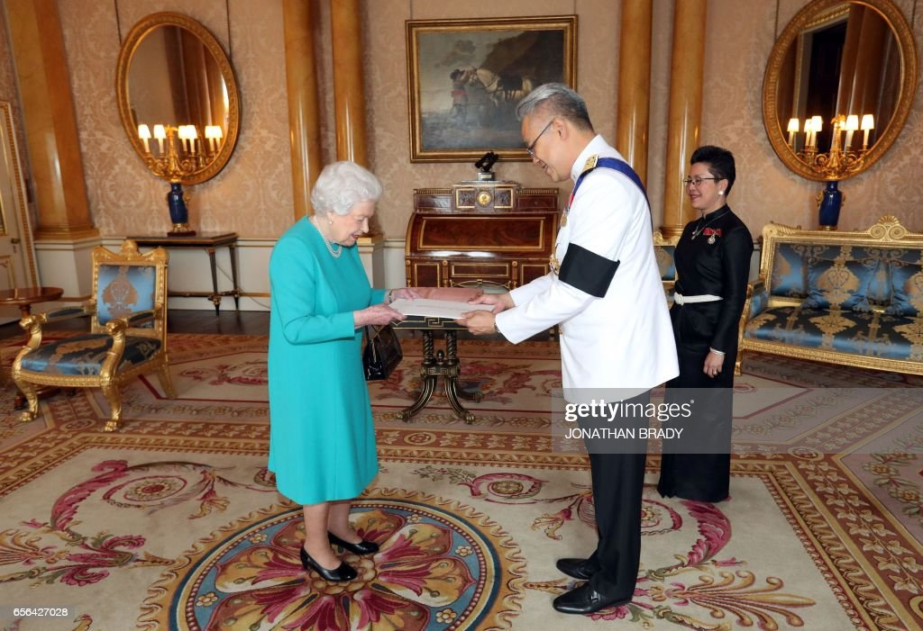 Britain's Queen Elizabeth II is presented with Letters of Credence by Pisanu Suvanajata (C), Thailand's Ambassador to the United Kingdom, and his wife Thipayasuda Suvanajata, during a private audience at Buckingham Palace in central London on March 22, 2017. / AFP PHOTO / POOL / Jonathan Brady