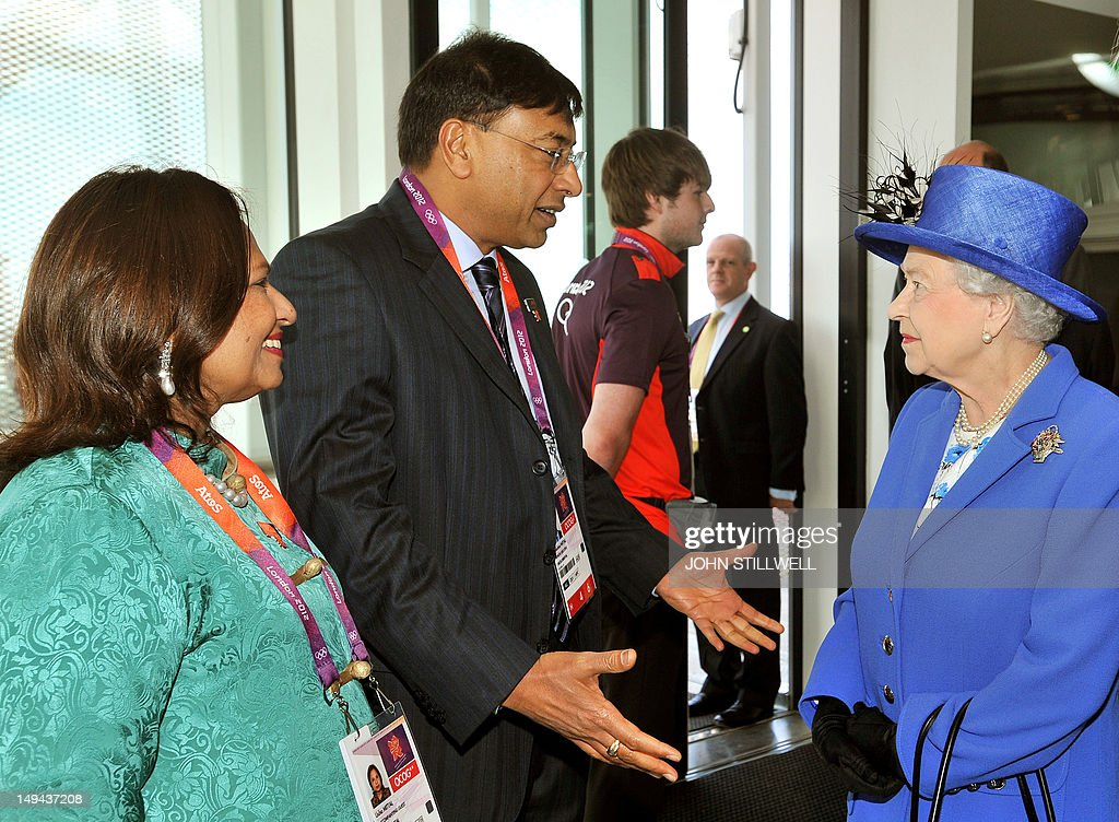 Britain's Queen Elizabeth II (R) speaks with Indian steel magnate Lakshmi Mittal (2nd L) and his wife Usha (L) during a visit to the Orbit sculpture at the Olympic Park in London, on July 28, 2012. AFP PHOTO/John Stillwell/POOL