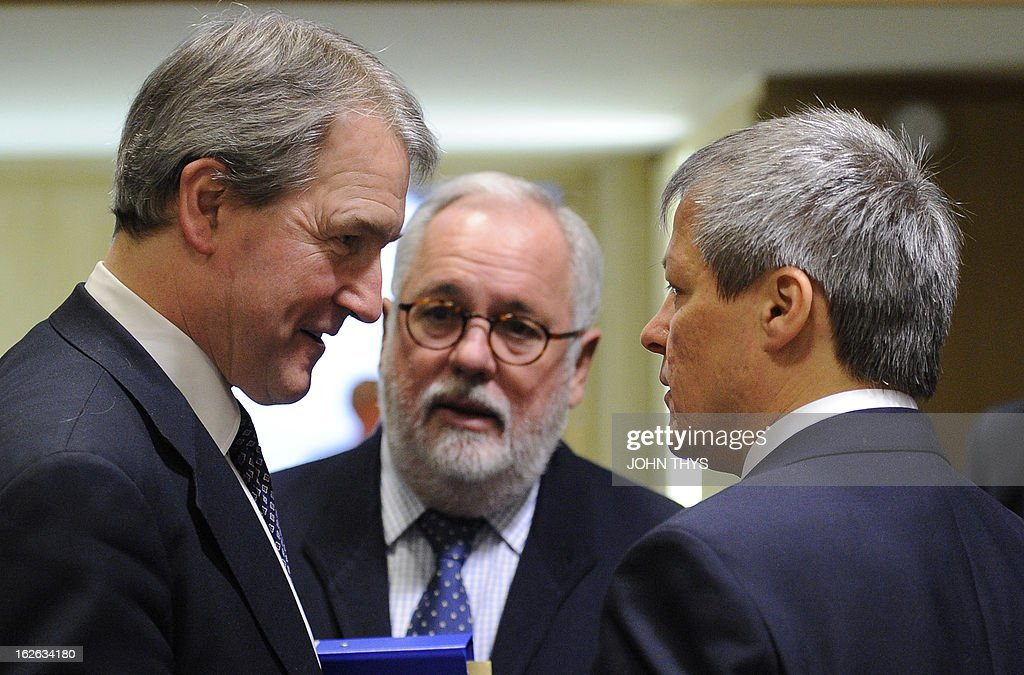 Britains Secretary of State for the Environment, Food, & Rural Affairs Owen William Paterson talks with Spanish Agriculture and Environment Minister Miguel Arias Canete and EU Agriculture and Rural Development commissioner Dacian Ciolos before an Agriculture Council meeting at the EU Headquarters in Brussels on February 25, 2013. EU agriculture ministers discuss the Europe-wide horsemeat scandal and measures aimed at overhauling the Common Agricultural Policy. AFP PHOTO/JOHN THYS