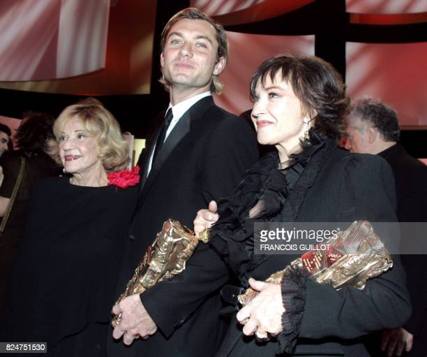 British actor Jude Law and French actress Marlene Jobert pose with their Cesar of honnor next to French actress Jeanne Moreau at the end of the 32nd...