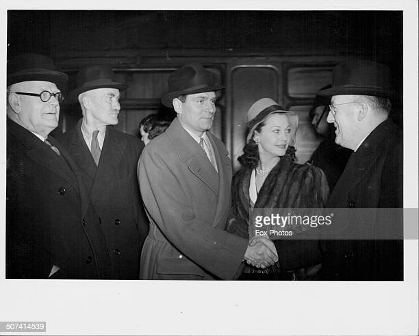 British actor Laurence Olivier with his actress wife Vivien Leigh greeting people at Euston Station London 1948