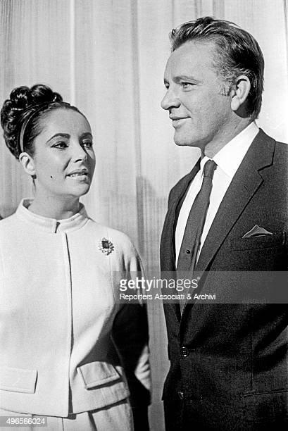 British actors Richard Burton and Elizabeth Taylor chatting in a break while shooting the film The VIPs acted by both London