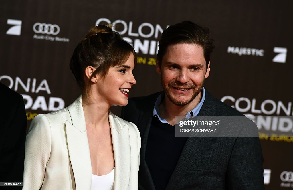 British actress Emma Watson (L) and German actor Daniel Bruehl poses for photographers on the red carpet ahead of the premiere of the film Colonia Dignidad in Berlin on February 5, 2016. / AFP / TOBIAS