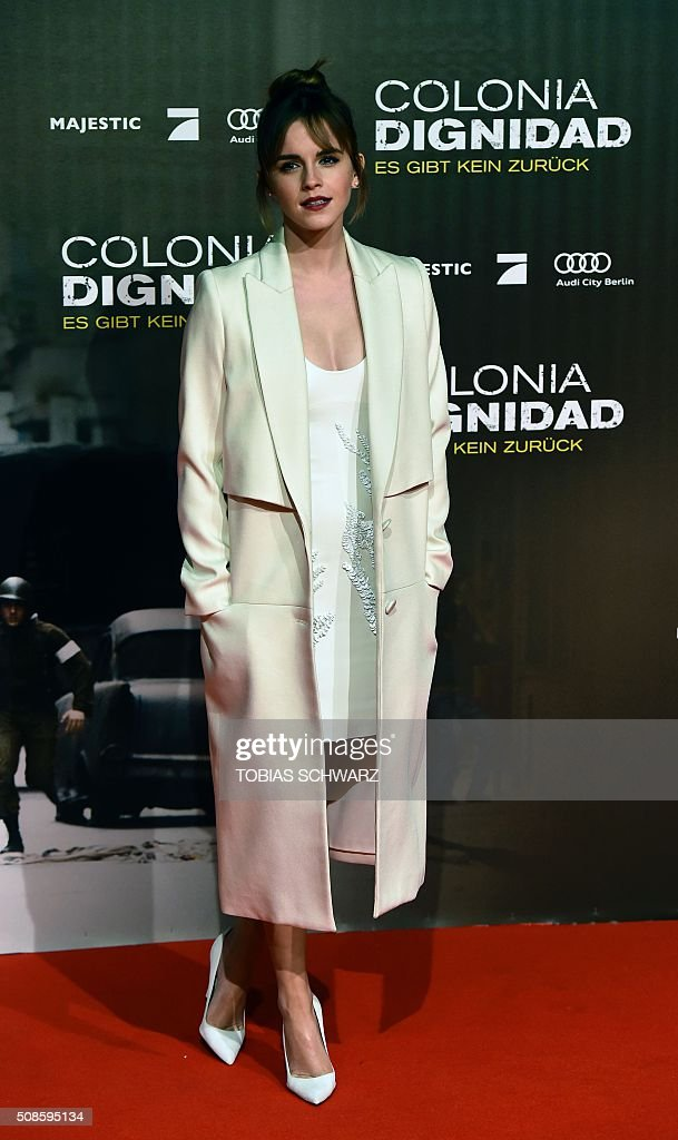 British actress Emma Watson poses for photographers on the red carpet ahead of the premiere of the film Colonia Dignidad in Berlin on February 5, 2016. / AFP / TOBIAS