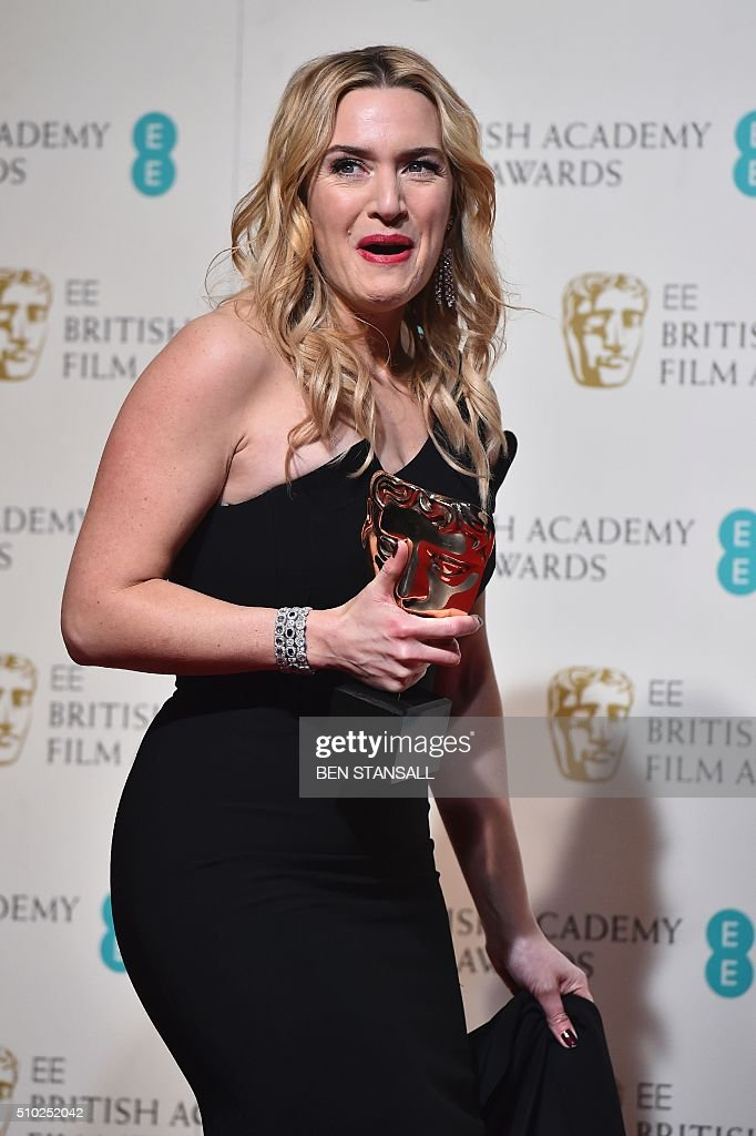 British actress Kate Winslet poses with the award for a supporting actress for her work on the film 'Steve Jobs' at the BAFTA British Academy Film Awards at the Royal Opera House in London on February 14, 2016. AFP / BEN STANSALL / AFP / BEN STANSALL