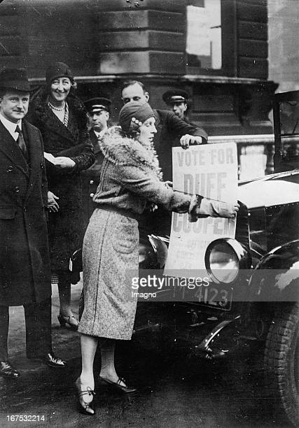 British actress Lady Diana Cooper gets involved with her husband captain Duff Cooper March 13th 1931 Photograph Die britische Schauspielerin Lady...