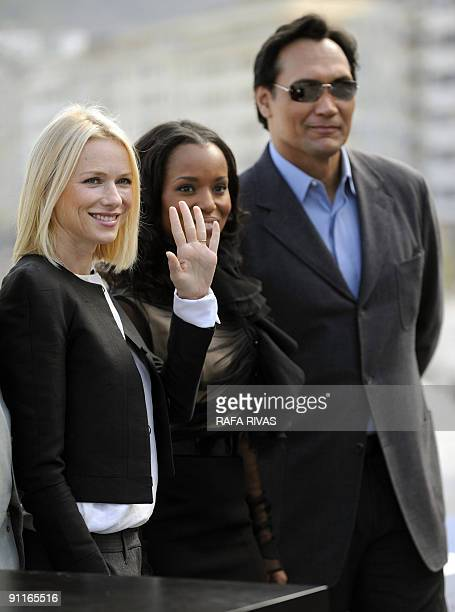 British actress Naomi Watts poses with US actors Kerry Washington and Jimmy Smits on September 26 2009 after the screening of Rodrigo Garcia's film...