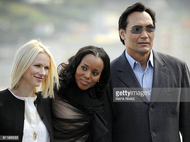 British actress Naomi Watts poses with US actors Kerry Washington and Jimmy Smits on September 26 2009 after the screening of Colombian director...