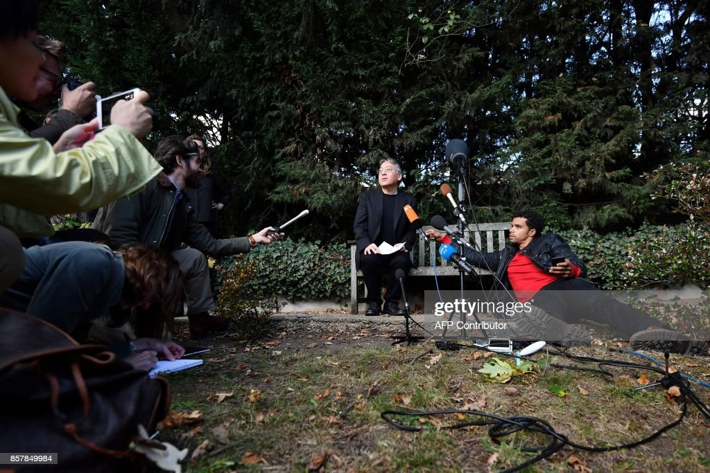 British author Kazuo Ishiguro (C) holds a press conference in London on October 5, 2017 after being awarded the Nobel Prize for Literature. Kazuo Ishiguro, the 62-year-old British writer of Japanese told British media that winning the 2017 Nobel Prize for Literature today was a 'magnificent honour' and 'flabbergastingly flattering'. / AFP PHOTO / Ben STANSALL