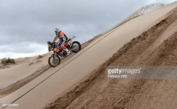 TOPSHOT British biker Sam Sunderland powers his Ktm's during the Stage 7 of the Dakar 2017 between La Paz and Uyuni Bolivia on January 9 2017 / AFP /...