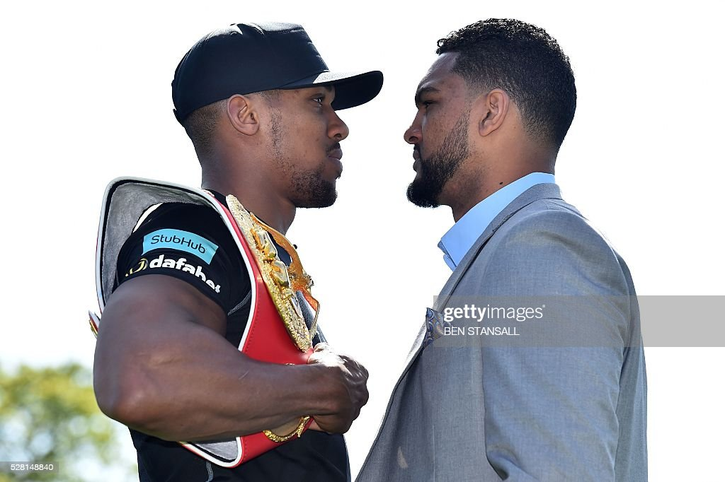 British boxer Anthony Joshua (L) and US boxer Dominic Breazeale (R) pose for photographers ahead of a press conference for their forthcoming IBF World Heavyweight fight, in west London on May 4, 2016. Joshua, makes the first defence of his IBF Heavyweight World Championship against undefeated American challenger Dominic Breazeale in London on June 25, 2016. / AFP / BEN