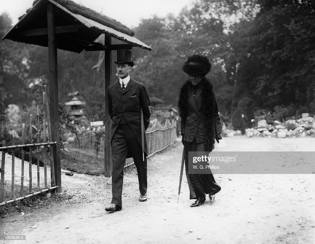 British Conservative politician Edward Sholto Douglas-Pennant, 3rd Baron Penrhyn (1864 - 1967) with his wife the Hon. Blanche Georgiana, at the Chelsea Flower Show, London, May 1912.