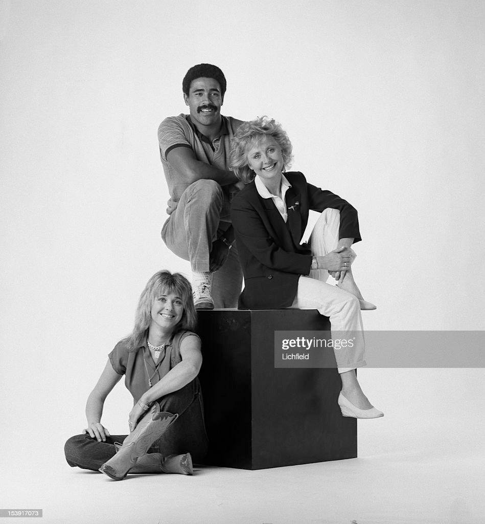 British decathlete Daley Thompson poses in a studio with singers Lulu and Suzi Quatro, circa 1985.