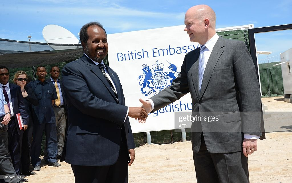 British Foreign Secretary William Hague (R) shakes hands with Somali President Hassan Sheik Mohamud in Mogadishu on April 25, 2013. British Foreign Secretary William Hague opened a new embassy in Mogadishu on April 25, 22 years after London pulled its diplomats from conflict-torn Somalia. AFP PHOTO / Mohamed Abdiwahab