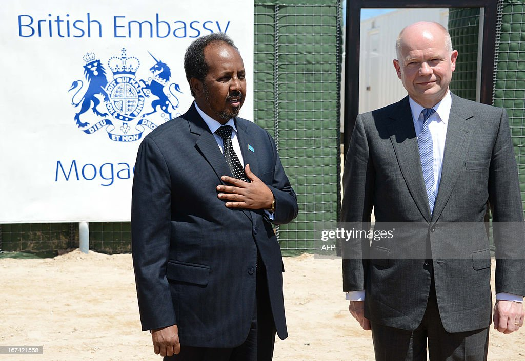 British Foreign Secretary William Hague (R) stands with Somali President Hassan Sheik Mohamud in Mogadishu on April 25, 2013. British Foreign Secretary William Hague opened a new embassy in Mogadishu on April 25, 22 years after London pulled its diplomats from conflict-torn Somalia. AFP PHOTO / Mohamed Abdiwahab