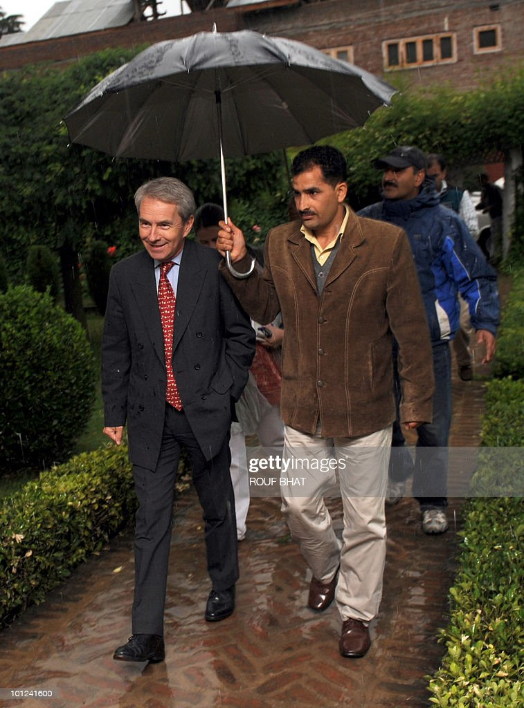 British High Commissioner to India Richard Stagg (L) arrives at residence of All Parties Hurriyat Conference (APHC) Chairman Umar Farooq in Srinagar on May 28, 2010.Stagg is touring the troubled Kashmir region, meeting both pro-India and separatist leaders alongside human rights activists. AFP PHOTO/Rouf BHAT