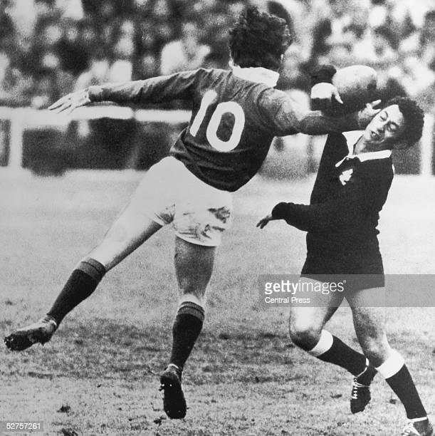 British Lions fly half Barry John struggles for the ball with Mac Herewini of the New Zealand Maoris at Eden Park Auckland 7th June 1971 The British...