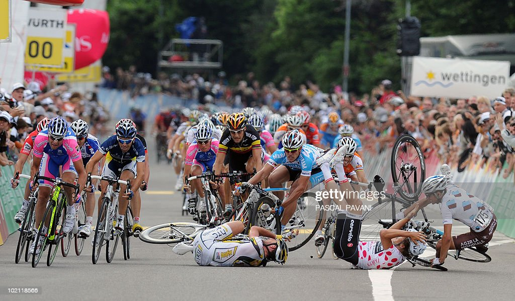 British Mark Cavendish (L), German Gerald Ciolek (2ndL),German Heinrich Haussler (C) and French Loyd Mondory (R) crash during the sprint near the finish line on the four stage Schawarzenburg - Wettingen of the Tour de Suisse (Tour of Switzerland) cycling race on June 15, 2010.