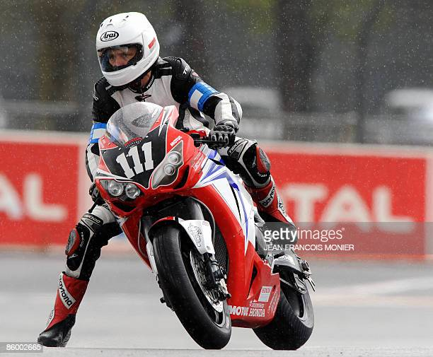 British pilote Steve Plater rides his Honda N°111 during the Le Mans 24 Hours endurance race first qualifying session on April 16 2009 in Le Mans...