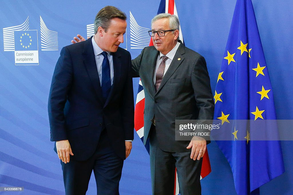 British Prime Minister David Cameron (L) and European Commission President Jean-Claude Juncker speak before a bilateral meeting on the first day of an EU summit meeting on June 28, 2016 at the European Union headquarters in Brussels. / AFP / BELGA / THIERRY