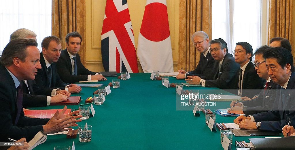 British Prime Minister David Cameron (L) gestures as he talks with Japanese Prime Minister Shinzo Abe (R) during their meeting inside 10 Downing Street in central London on May 5, 2016. / AFP / POOL / Frank Augstein