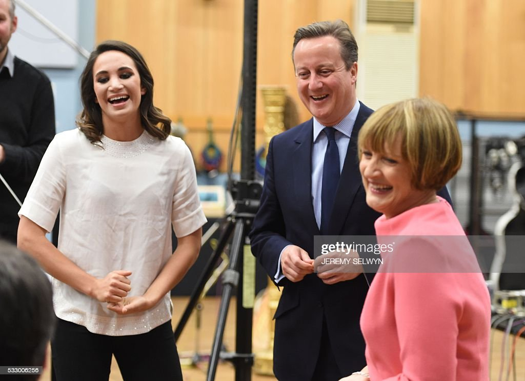 British Prime Minister David Cameron (2nd R) laughs with British Labour Party politician Tessa Jowell (R) and British singer Laura Wright while on a visit to Abbey Road studios in London on May 20, 2016. / AFP / POOL / Jeremy Selwyn