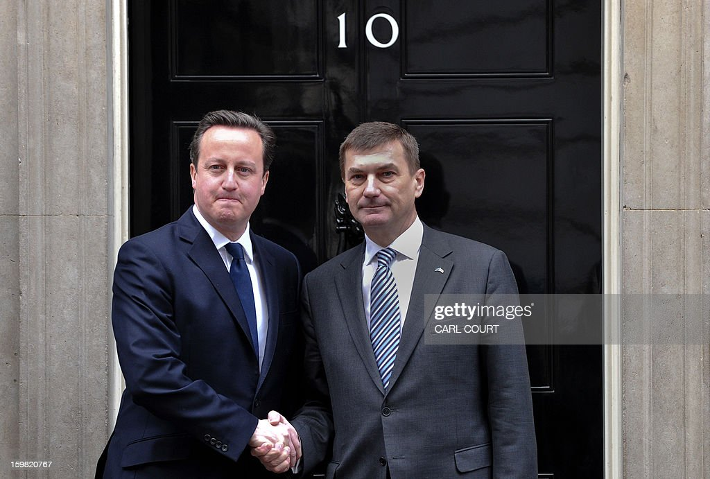 British Prime Minister David Cameron (L) shakes hands with Estonian Prime Minister Andrus Anslip (R) ahead of a meeting at 10 Downing Street in central London on January 21, 2013. AFP PHOTO / CARL COURT