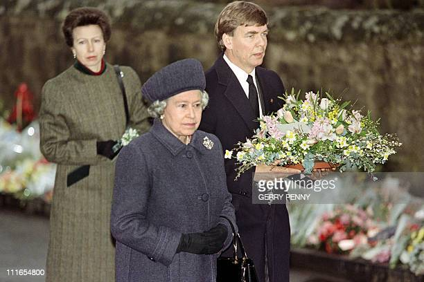 British Queen Elizabeth II arrives on March 17 1996 with Princess Ann and a member of the Scottish Office to lay a wreath et the entrance of Dunblane...