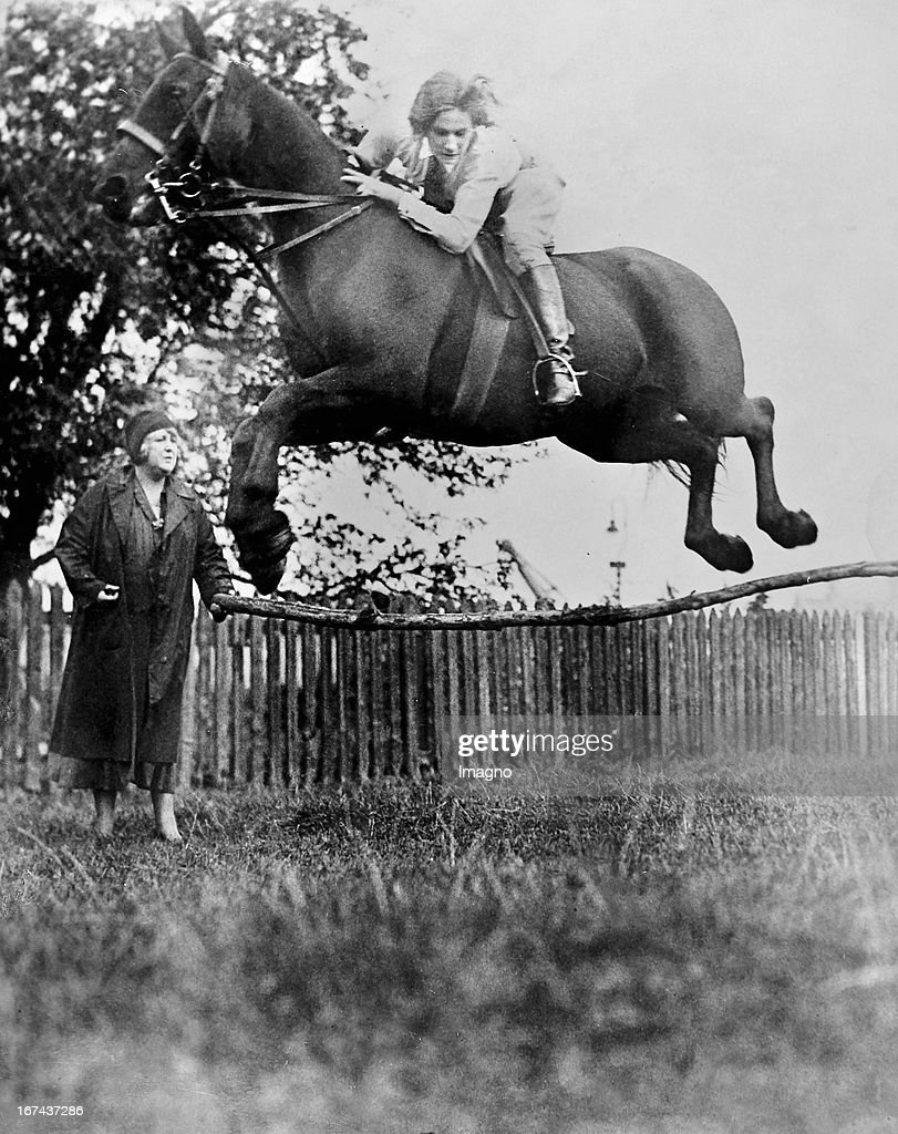 British showjumper Patsy Goodheart during training. October 1930. Photograph. (Photo by Imagno/Getty Images) Die britische Springreiterin Patsy Goodheart beim Training. Oktober 1930. Photographie.