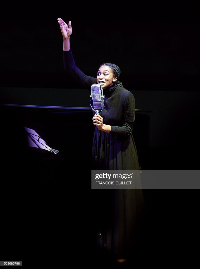 British singer Ala.ni performs on the stage of the Louvre Museum auditorium on February 5, 2016 in Paris, as part of a show of the France-Inter radio station. / AFP / FRANCOIS GUILLOT