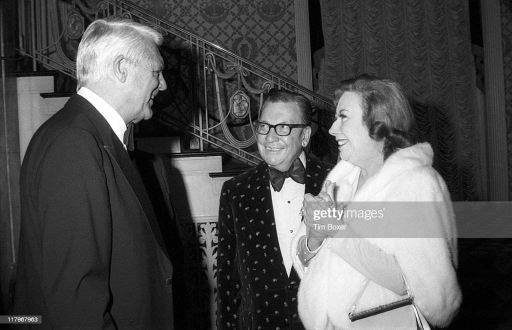 British-born American actor Cary Grant (born Archibald Leach, 1904 - 1986) talks with American journalist Earl Wilson (1907 - 1987) and his wife, Rosemary Wilson (1909 - 1986), during the Friars Club Testimonial Dinner for Frank Sinatra at the Waldorf Astoria, New York, New York, February 1976.