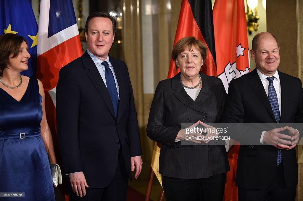 Britta Ernst (L) wife of Mayor of Hamburg Olaf Scholz (R),German Chancellor Angela Merkel and British Prime Minister David Cameron pose for a photo ahead of the Matthiae-Mahl Dinner attended in Hamburg, northern Germany on February 12, 2016. / AFP / CARMEN JASPERSEN
