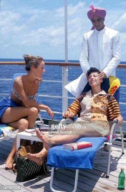 Britta Schmeling Olivia Silhavy Jolly Kunjappu ZDFReihe 'Traumschiff' Folge 22 'Indien/Malediven' Episode 3 'Der verarmte Maharadscha' Indien/Asien...