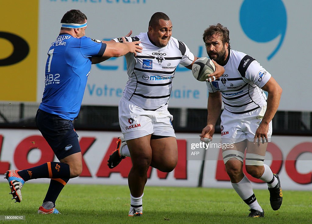 Brive's Fijian flanker Sisa Koyamaibole (C) tries to escape from a Bayonne's opponent during the French Top 14 rugby union match C.A Brive versus Aviron bayonnais on September 8, 2013 at the Amedee Domenech stadium in Brive. AFP PHOTO/DIARMID COURREGES