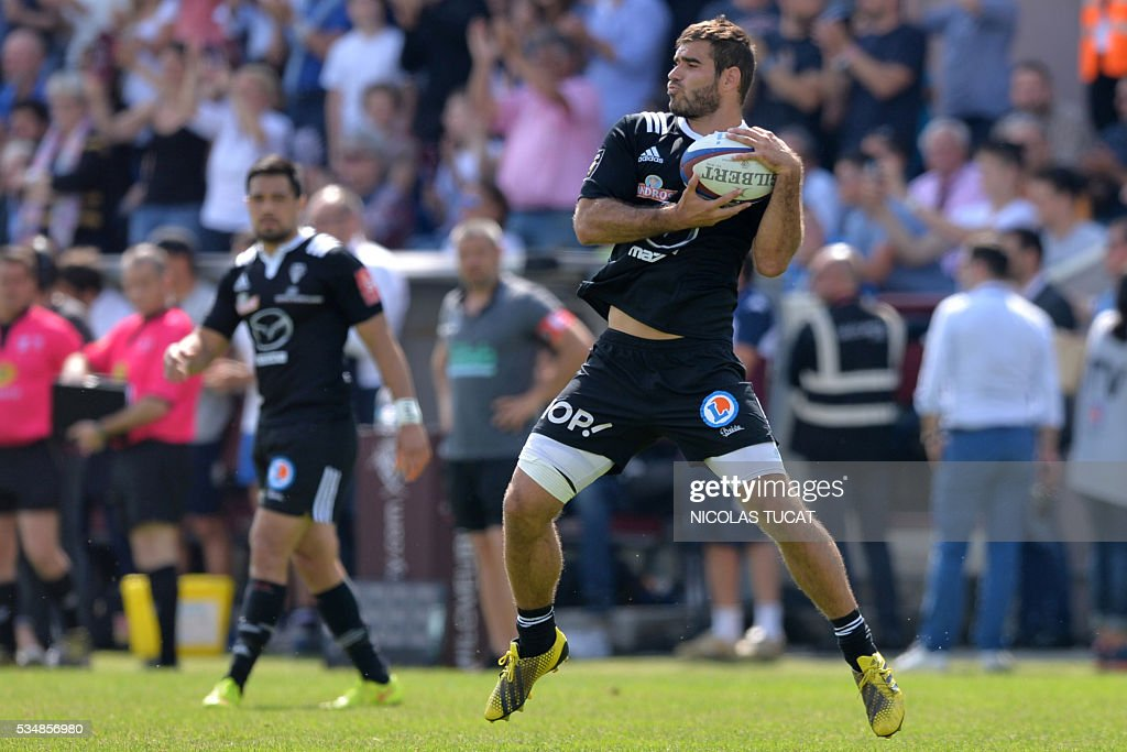 Brive's French fullback Gaetan Germain grabs the ball during the French Top 14 rugby union match between Bordeaux-Begles and Brive on May 28, 2016 at the Chaban-Delmas stadium in Bordeaux, southwestern France.