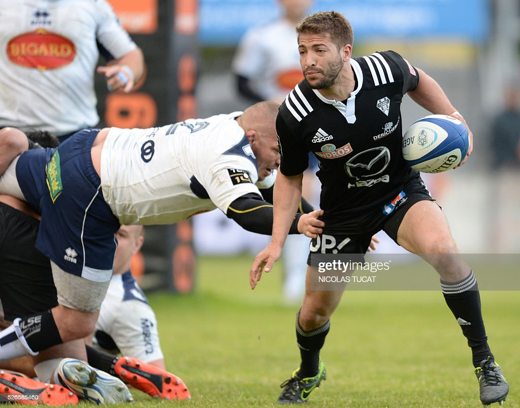 Brive's French scrumhalf Teddy Iribaren (R) runs with the ball during the French Top 14 rugby union match between Agen and Brive on April 30, 2016 at the Armandie stadium in Agen, southwestern France.